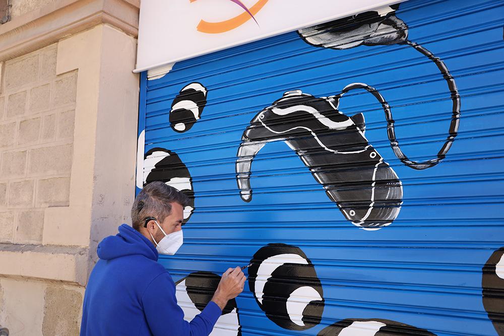 Vicente Marzal realizando su obra