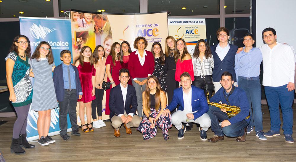 Grupo de jóvenes con la Ministra
