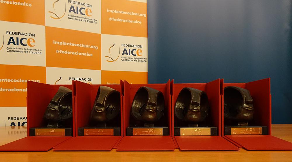 Imagen de las 8 esculturas de los premios AICE. Representa una cabeza recibiendo sonido
