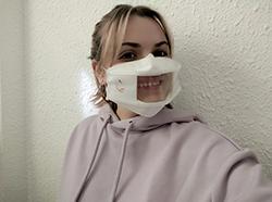 Persona con mascarilla comunicativa